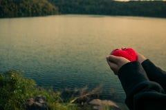 Handkvinnor ger förälskelse till med naturen Arkivfoto