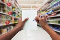 Handkvinnor som shoppar och rymmer den tomma anteckningsboken Arkivfoton