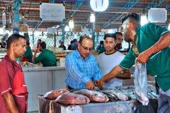 Handla den nya fisken på dold marknad i Bandar Abbas, Iran Arkivbild
