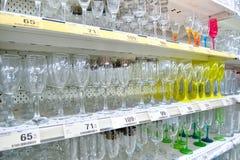 Handla räknaren med glass exponeringsglas och prislappar i karusellen Royaltyfri Foto