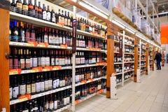 Handla räknaren med rött vin i en lagerkarusell Arkivbilder