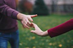 Handlag av händer arkivfoto