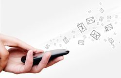 Handlag avskärmer mobil med strömma meddelanden Fotografering för Bildbyråer