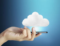 Handlag avskärmer mobil ringer Arkivbild
