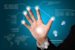 Handlag för affärsman på den digitala faktiska skärmen Arkivbild