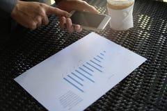 Handlag för affärsman på hans mobiltelefon, affärsteknologi Arkivfoto