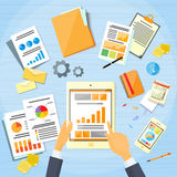 Handlag för hand för man för affär för minnestavlafinansdiagram Arkivbild