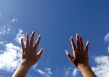 Handlag skyen Arkivbild