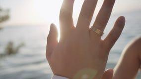 Handlaget av vänhanden - in - hand stock video