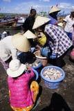 Handlarska ryba przy rybim rynkiem Obraz Stock