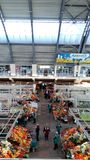 Handlarski pasmo z owoc, sprzedawcami i nabywcami, Zdjęcie Stock