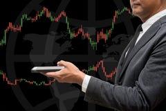 Handlarskiego biznesmena chwyta mądrze telefon i rynku walutowego handlu linia Grap Fotografia Stock
