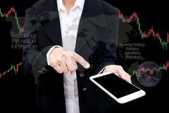 Handlarskiego biznesmena chwyta mądrze telefon i rynku walutowego handlu linia Grap Zdjęcie Royalty Free