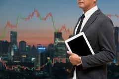 Handlarskiego biznesmena chwyta mądrze telefon i rynku walutowego handlu linia Grap Fotografia Royalty Free