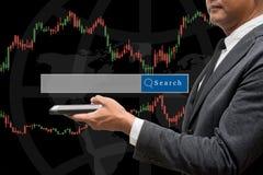 Handlarskiego biznesmena chwyta mądrze telefon i rynku walutowego handlu linia Grap Obrazy Royalty Free
