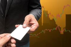 Handlarskiego biznesmena chwyta pusta kredytowa karta i rynki walutowi Handluje Lin Zdjęcia Royalty Free