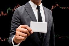 Handlarskiego biznesmena chwyta pusta kredytowa karta i rynki walutowi Handluje Lin Fotografia Royalty Free