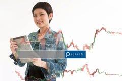 Handlarskiego Biznesowej kobiety chwyta mądrze przyrząd i rynku walutowego handlu linia Obraz Royalty Free