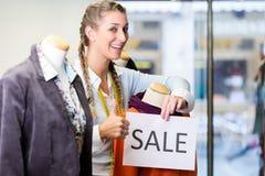 Handlarz pracuje przy promocyjnymi sprzedażami obrazy stock