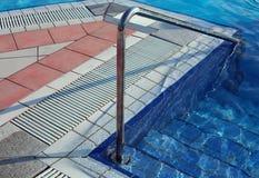 Handlauf, zum auf des Pools für Muskelrehabilitation an einem Badekurort zuzugreifen Stockfotos