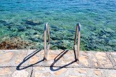 Handlaufschwimmen auf dem Strand des Meeres Stockbilder