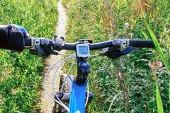 Handlebar ποδηλάτων, γύρος ποδηλάτων στο δασικό ίχνος Στοκ Εικόνες