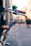 Handlebar велосипеда города, велосипед над запачканным красивым backgr bokeh Стоковая Фотография
