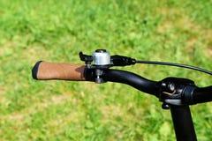 Handlebars του ποδηλάτου λαβή φρένων διακόπτες ταχύτητας πεδίο βάθους ποδηλάτων κουδουνιών ρηχό στοκ εικόνα