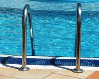 Handlebars открытого бассейна в солнечности Стоковые Фотографии RF