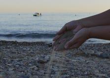 Handlebenszeitstrand der barfüßigschönheitsozean der Sandpalmennaturreiseleute entspannen sich menschlichen Strandwasserhandseeso Stockfotos