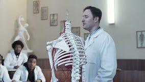 Handleda att peka på skelett- delar arkivfilmer