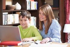 Handleda hemmastadda Helping Boy Studying Arkivbilder