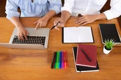 Handleda och att l?ra, utbildning, grupp av ungdomarsom l?r studera kurs i arkiv under att hj?lpa undervisa v?nutbildning fotografering för bildbyråer