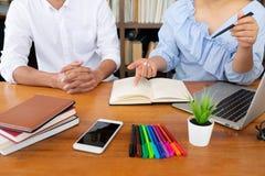 Handleda och att l?ra, utbildning, grupp av ungdomarsom l?r studera kurs i arkiv under att hj?lpa undervisa v?nutbildning arkivfoto