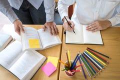 Handleda och att l?ra, utbildning, gruppen av ton?ringen som l?r som studerar ny kurs till kunskap i arkiv under att hj?lpa under royaltyfria bilder
