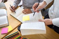 Handleda och att l?ra, utbildning, gruppen av ton?ringen som l?r som studerar ny kurs till kunskap i arkiv under att hj?lpa under arkivfoto