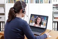 Handleder den videopd appellen för kvinnahörlurar med mikrofon Royaltyfri Bild