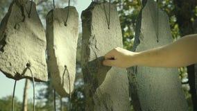 Handlekar på att låta stenar Kortslutna stenar hängde på rad som det musikaliska trummande hjälpmedlet lager videofilmer