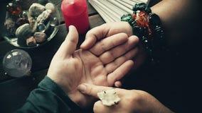 Handlesekunstkonzept Wahrsagerlesevermögenslinien an Hand stock video footage