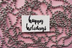 Handlettering uttrycker lyckliga ferier och julgirlanden Arkivbilder