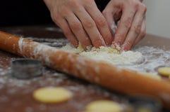 Handliche Finger kead Brotplätzchen Lizenzfreie Stockfotos