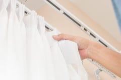 Handlicher Mann installieren Vorhang Stockbilder