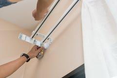 Handlicher Mann installieren Vorhang Stockfoto