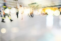 Handling för suddighet för bakgrund för abstrakt begrepp för folkmassa för stadsfolk royaltyfria foton