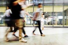 Handling för suddighet för bakgrund för abstrakt begrepp för folkmassa för stadsfolk arkivbilder