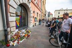 Handling nära amerikansk konsulat i minne av offer av massakern i populär glad klubbapuls i Orlando Arkivfoton