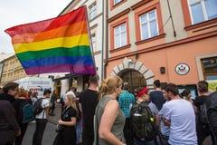 Handling nära amerikansk konsulat i minne av offer av massakern i populär glad klubbapuls i Orlando Arkivbilder
