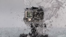 Handlingkamera som plaskas med vatten arkivfilmer