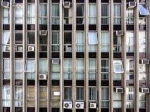 Handlowa budynek fasada z okno, storami i powietrze conditioners, Zdjęcia Stock