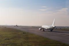 Handlowa samolotowa kolejka taxiing zdejmował na pasie startowym zdjęcia royalty free